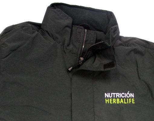 Parka Herbalife de cuello alto con cremallera inyectada al tono. Bordada en el lado izquierdo en el pecho con el logo de Nutrición Herbalife.